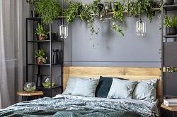 Comment fixer une tête de lit en bois au mur ?