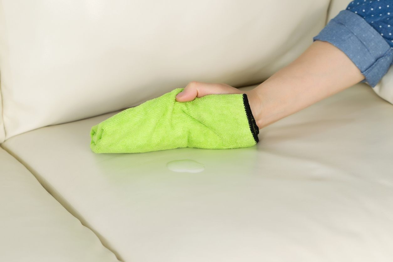 Comment nettoyer un canapé blanc ?
