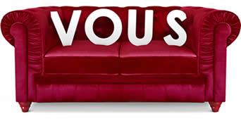 canapé rouge en tissu et velour avec vous